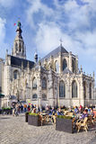 Antyczna katedra z ludźmi na tarasach, Breda, holandie fotografia stock