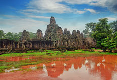 Antyczna Khmer architektura Ta Prohm świątynia z gigantycznym banyan drzewem przy zmierzchem Angkor Wat kompleks, Siem Przeprowad Obrazy Royalty Free