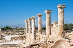 Antyczna kolumnada przy Kato Paphos Archeaological parkiem Paphos zdjęcia royalty free