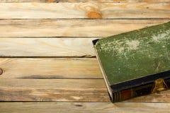 Antyczna ksi??ka, hardcover na drewnianym stole tylna szko?y Odbitkowa przestrze? dla teksta Poj?cie edukacja zdjęcia stock