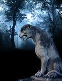 Antyczna lew statua w mglistym lesie ilustracji