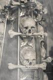 Antyczna ludzka czaszki i kości dekoracja w Sedlec z mgłą Kutna hora Obraz Stock