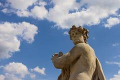 Antyczna mężczyzna statua na błękitnego nieba tle Zdjęcia Stock