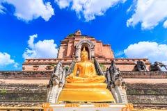Antyczna pagoda i Buddha statua przy Wata Chedi Luang świątynią w Chiang Mai, Tajlandia Obraz Stock