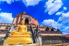 Antyczna pagoda i Buddha statua przy Wata Chedi Luang świątynią w Chiang Mai, Tajlandia Fotografia Stock