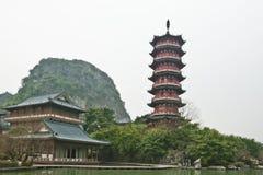 Antyczna pagoda i budynek obok Li rzeki, Guilin, Chiny Obraz Stock