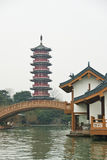 Antyczna pagoda i budynek obok Li rzeki, Guilin, Chiny Fotografia Stock