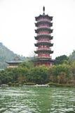 Antyczna pagoda i budynek obok Li rzeki, Guilin, Chiny Zdjęcie Stock