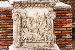 Antyczna Romańska bas ulga w Antycznym Ostia, Włochy - Obraz Stock