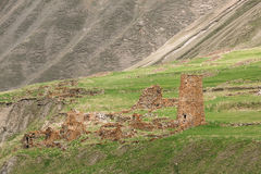 Antyczna Stara Kamienna wieża obserwacyjna Na Halnym tle W Chetoyta Obraz Royalty Free