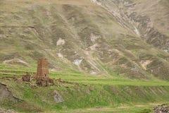 Antyczna Stara Kamienna wieża obserwacyjna Na Halnym tle W Chetoyta Zdjęcie Royalty Free