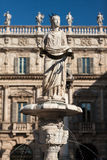 Antyczna statua fontanny madonna Verona na piazza delle Erbe, Włochy Obrazy Royalty Free