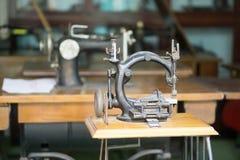 Antyczna szwalna maszyna na stole Zdjęcie Stock