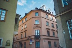 Antyczna wąska Warszawska ulica z starą architekturą zdjęcie royalty free