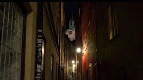 Antyczna wąska ulica w środkowym Sztokholm starego miasta Noc, światła zbiory wideo