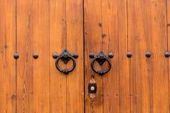 Antyczna zamknięta drewniana brama z dwa drzwiowego knocker pierścionkami Obrazy Royalty Free