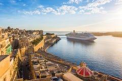 Antyczne ściany Valletta i Malta ukrywają z statkiem wycieczkowym w ranku - Malta Zdjęcia Royalty Free