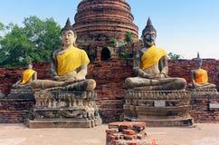 Antyczne Buddha statuy i ruiny Wata Yai Chaimongkol ?wi?tynia w Ayutthaya, Tajlandia obraz stock