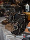 Antyczne falcowanie kamery z Bellows na ich Rzemiennych skrzynkach obraz stock