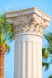 Antyczne kolumny w Śródziemnomorskim kurorcie Zdjęcia Stock