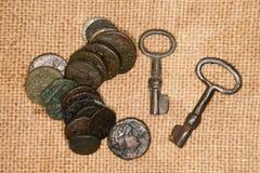 Antyczne monety z portretami królewiątka i klucze na starym zakrzepie Obrazy Stock