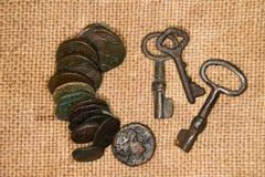 Antyczne monety z portretami królewiątka i klucze na starym zakrzepie Obraz Royalty Free