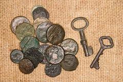 Antyczne monety z portretami królewiątka i klucze na starym zakrzepie Zdjęcie Stock