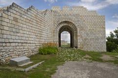 Antyczne ruiny średniowieczny forteca blisko do miasteczka Shumen obrazy royalty free