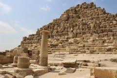 Antyczne ruiny blisko ostrosłupów Egipt Fotografia Royalty Free