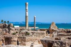 Antyczne ruiny przy Carthage, Tunezja z morzem śródziemnomorskim wewnątrz Zdjęcia Royalty Free