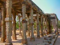 Antyczne ruiny przy ziemiami stary minaret w Delhi, India obrazy royalty free