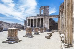 Antyczne ruiny w Pompeii - kolumnada w podwórzu Domus Pompei wewnątrz Przez della Abbondanza, Naples, Włochy zdjęcia stock