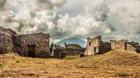 Antyczne ruiny z niebezpiecznym wulkanem na horyzoncie zdjęcia stock