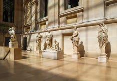 Antyczne rze?by w wewn?trznej sali louvre muzeum Pary? zdjęcia royalty free