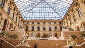 Antyczne rze?by w wewn?trznej sali louvre muzealny Paryski Francja Kwiecie? 2019 fotografia stock