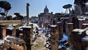 Antyczne rzymianin ruiny w Rzym W zimie, pod śniegiem Obrazy Royalty Free