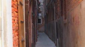 Antyczne wąskie ulicy i fasady starzy średniowieczni budynki Wenecja zbiory