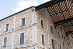 Antycznego budynku koszary wojskowego typowe fasady w bordach ześrodkowywają Francja Darwin zdjęcia royalty free