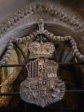 Antycznego rzemiosła barokowy kościół w Prague ossuary krosienka tkaczów statuy śmierci obrazy royalty free