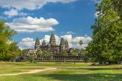Antycznej świątyni Angkor wat na słonecznym dniu z błękitny skay i mężczyzna Zdjęcia Royalty Free