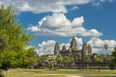Antycznej świątyni Angkor wat na słonecznym dniu z błękitny skay i mężczyzna Obraz Stock