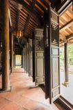 Antycznej świątyni drewniani drzwi w kompleksie królewiątka Minh Mang grób Zdjęcia Royalty Free