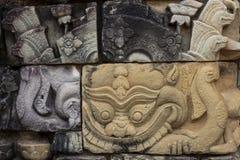 Antycznej świątyni kamień rzeźbił barelief w Angkor Wat Barong daemon lub smoka bareliefu zbliżenie Angkor Thom świątynia zdjęcie stock