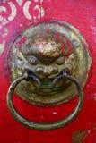 Antycznej lew głowy drzwiowy knocker na czerwonym drzwi w Tovkhon monasterze, Ovorkhangai prowincja, Mongolia Unesco ?wiatowego D obrazy royalty free