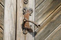 Antycznej rezydenci ziemskiej drzwiowa rękojeść na starym drewnianym drzwi zdjęcie stock