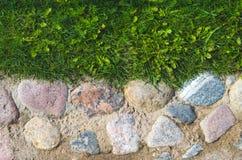 Antyczni brukowi kamienie w rzadkich kamieniach w piasku z trawą Obraz Royalty Free
