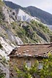 Antyczni domy kraj Colonnata blisko białego marmuru fotografia stock