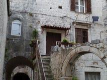 Antyczni domy z żaluzjami w Chorwackim mieście Trogir Fotografia Stock