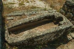 Antyczni grobowowie dla dziecka i dorosłego rzeźbili w kamieniu blisko Monsanto obrazy stock
