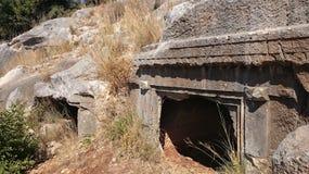 Antyczni grobowowie i grobowowie w skałach w Demre, Turcja zdjęcie royalty free